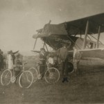 Felix_Frank_ja_jalgratastega_poisid_Hirschbergis_Luft_Hansa_lennukit_uurimas_-_Felix_Frank_and_boys_with_bicycles_looking_at_a_Luft_Hansa_plane_in_Hirschberg,_Poland_(15923158155)